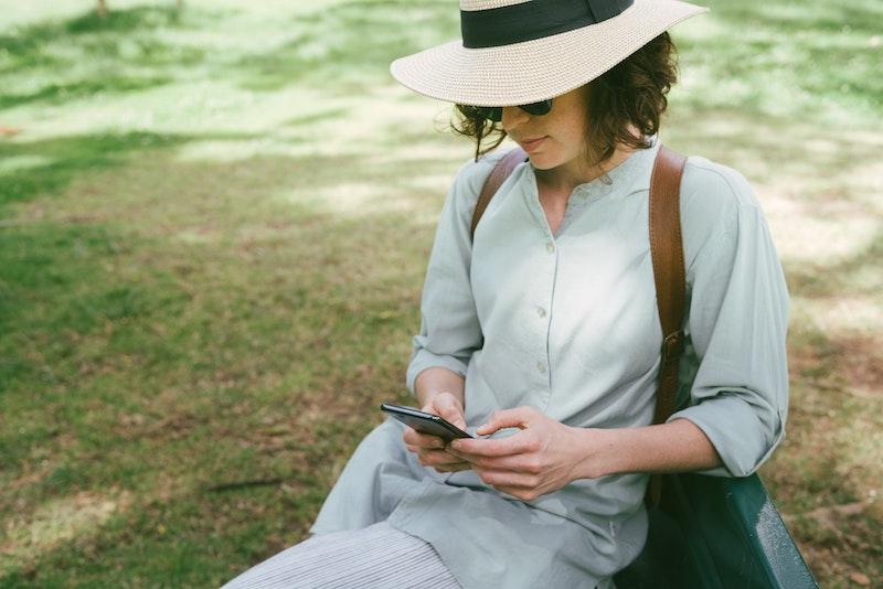 スマートフォンで何かを検索する女性
